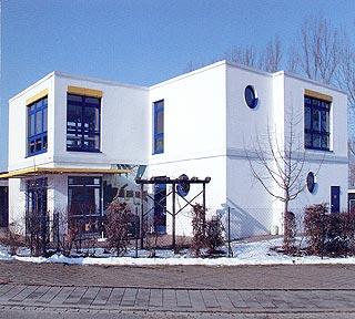Kindergartencontainer bilden eine weiße, zweistöckige Kita