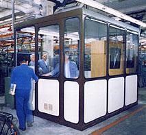 Büro-Arbeitsinseln im Automobilwerk